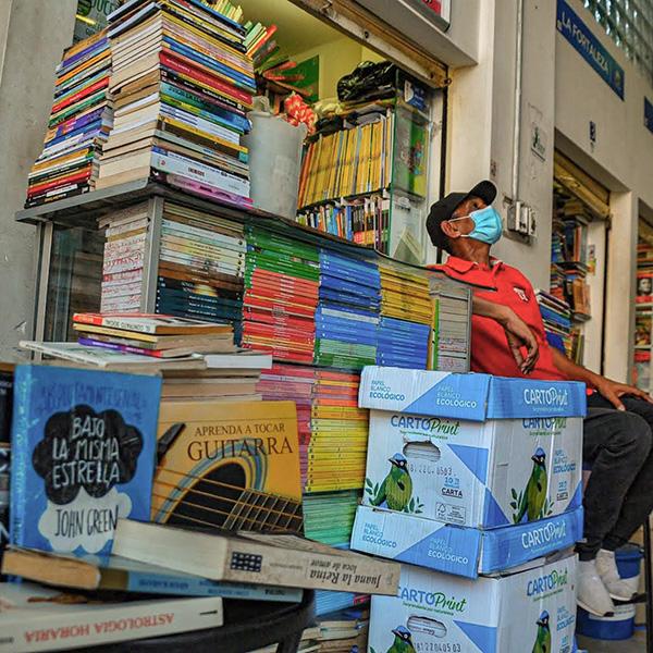 """""""Si no nos ayudan tendremos que comernos los libros"""""""