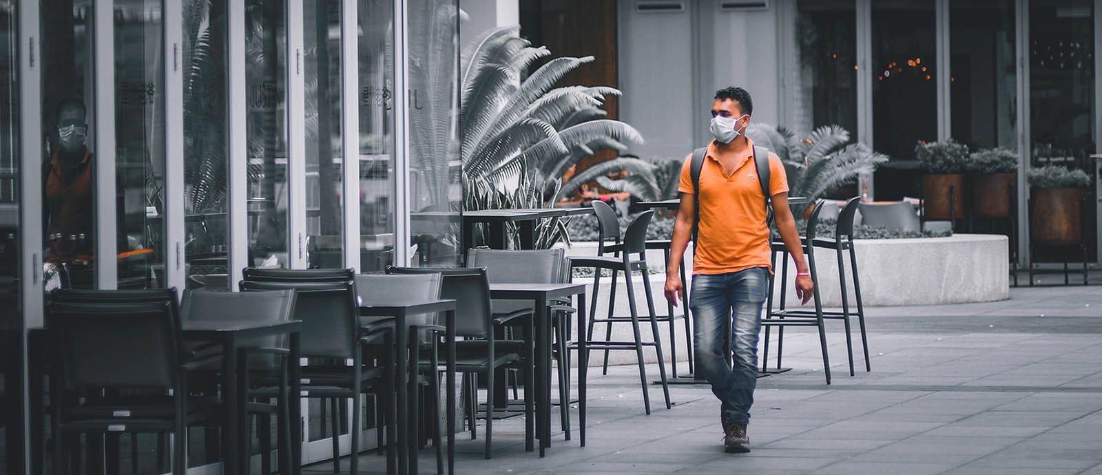 persona-caminando-con-mascarilla